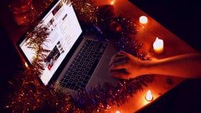Το άτομο διαβάζει τις ειδήσεις στο lap-top στη νύχτα Χριστουγέννων απόθεμα βίντεο