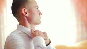 Το άτομο ισιώνει στενό επάνω τόξο-δεσμών Καθιέρωση εμπιστοσύνης ύφους επιτυχίας φιλμ μικρού μήκους