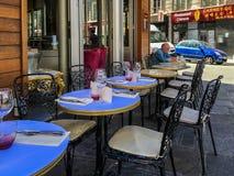Το άτομο κάθεται μόνο στους πίνακες καφέδων έξω από το εστιατόριο του Παρισιού στοκ φωτογραφίες με δικαίωμα ελεύθερης χρήσης