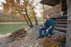 Το άτομο κάθεται στα βήματα των σκαλοπατιών στοκ φωτογραφίες με δικαίωμα ελεύθερης χρήσης