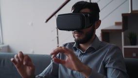 Το άτομο κάθεται στον καναπέ και τη νέα έννοια δακτυλογράφησης για το επιτυχές ξεκίνημα καινοτομίας απόθεμα βίντεο