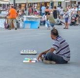 Το άτομο κάθεται στο δρόμο και πωλεί τα αναμνηστικά Στοκ φωτογραφίες με δικαίωμα ελεύθερης χρήσης