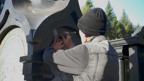 Το άτομο κάνει έναν χαρακτηρισμό των ακτίνων γύρω από το εικονίδιο στην πέτρα απόθεμα βίντεο