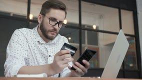 Το άτομο κάνει την πληρωμή on-line από την τηλεφωνική πίστωση τραπεζική κάρτα απόθεμα βίντεο