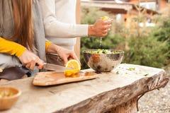 Το άτομο κάνει τη φρέσκια σαλάτα πρασίνων στοκ φωτογραφία