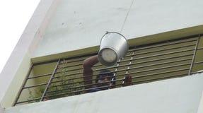 Το άτομο κάνει τον όμηρο στο σημείο πυροβόλων όπλων σε ένα θηλυκό πρότυπο στο σπίτι της στο σημείο πυροβόλων όπλων Στοκ εικόνες με δικαίωμα ελεύθερης χρήσης