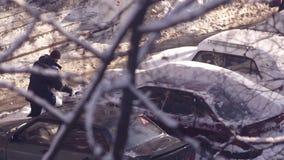 Το άτομο καθαρίζει το αυτοκίνητο από το χιόνι απόθεμα βίντεο