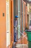 Το άτομο καθαρίζει τη διάβαση πεζών Στοκ Εικόνα