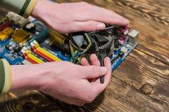 Το άτομο καθαρίζει τον υπολογιστή στοκ φωτογραφίες με δικαίωμα ελεύθερης χρήσης