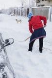 Το άτομο καθαρίζει το δρόμο μετά από μια μεγάλη χιονοθύελλα Στοκ Εικόνες
