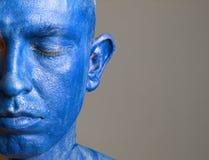 Το άτομο και το πρόσωπό του χρωμάτισαν με το μπλε χρώματος (3) Στοκ Εικόνες