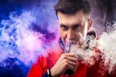 Το άτομο καπνίζει ένα vape Στοκ Φωτογραφίες