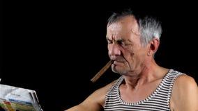 Το άτομο καπνίζει το πούρο απόθεμα βίντεο