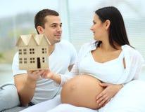 Το άτομο καταδεικνύει έγκυό του Στοκ Εικόνες