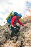 Το άτομο κατεβαίνει από τα βουνά Στοκ φωτογραφία με δικαίωμα ελεύθερης χρήσης