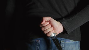 Το άτομο κινδύνου με ένα μαχαίρι πίσω από την πλάτη έρχεται στο πλαίσιο και προχωρά απόθεμα βίντεο