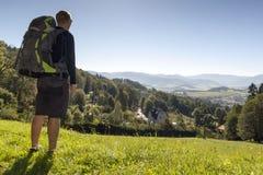 Το άτομο κοιτάζει έξω πέρα από τα βουνά, τσεχικά βουνά Jesenik Στοκ Φωτογραφίες