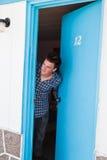 Ο νεαρός άνδρας κοιτάζει από το δωμάτιο μοτέλ στοκ φωτογραφία με δικαίωμα ελεύθερης χρήσης