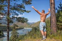 Το άτομο κοιτάζει στα βουνά Στοκ εικόνα με δικαίωμα ελεύθερης χρήσης
