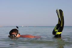 το άτομο κολυμπά με αναπν&ep Στοκ φωτογραφίες με δικαίωμα ελεύθερης χρήσης