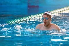 Το άτομο κολυμπά στην πάροδο λιμνών Στοκ εικόνα με δικαίωμα ελεύθερης χρήσης