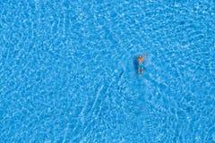 Το άτομο κολυμπά στην πισίνα στο ξενοδοχείο Ιστανμπούλ, Τουρκία Στοκ Εικόνες