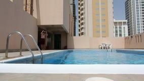 το άτομο κολυμπά στην πισίνα φιλμ μικρού μήκους