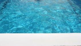 το άτομο κολυμπά στην πισίνα απόθεμα βίντεο