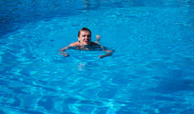 Το άτομο κολυμπά στη λίμνη Στοκ Εικόνες