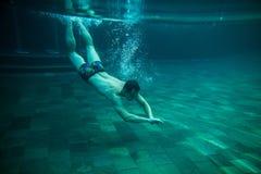 Το άτομο κολυμπά την υποβρύχια λίμνη Στοκ Εικόνα