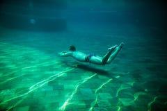 Το άτομο κολυμπά την υποβρύχια λίμνη Στοκ φωτογραφίες με δικαίωμα ελεύθερης χρήσης