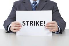 Το άτομο κρατά ένα φύλλο με μια απεργία κειμένων - με το ψαλίδισμα της πορείας Στοκ Εικόνα