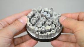 Το άτομο κρατά το αντικείμενο τυπωμένο στον τρισδιάστατο εκτυπωτή μετάλλων φιλμ μικρού μήκους