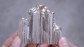 Το άτομο κρατά το αντικείμενο τυπωμένο στον τρισδιάστατο εκτυπωτή μετάλλων απόθεμα βίντεο