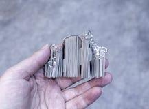 Το άτομο κρατά το αντικείμενο τυπωμένο στον τρισδιάστατο εκτυπωτή μετάλλων στοκ εικόνα