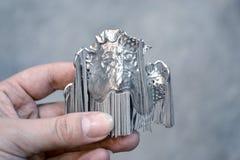 Το άτομο κρατά το αντικείμενο τυπωμένο στον τρισδιάστατο εκτυπωτή μετάλλων στοκ φωτογραφία με δικαίωμα ελεύθερης χρήσης