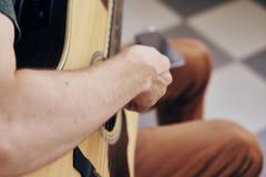 Το άτομο κρατά μια κιθάρα, μουσικά όργανα, μουσική, σημειώσεις, σειρές Στοκ φωτογραφία με δικαίωμα ελεύθερης χρήσης