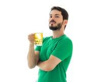 Το άτομο κρατά μια κούπα της φέρετρου Στοκ εικόνα με δικαίωμα ελεύθερης χρήσης