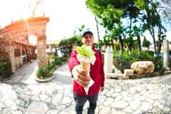 Το άτομο κρατά το παγωτό Στοκ Εικόνες