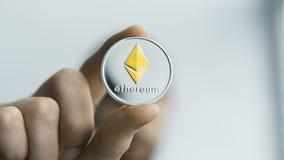 Το άτομο κρατά στα χέρια φυσικό χρυσό ασημένιο Ethereum Cryptocurrency Κέρδος από crypto μεταλλείας τα νομίσματα Ανθρακωρύχος με  Στοκ φωτογραφία με δικαίωμα ελεύθερης χρήσης