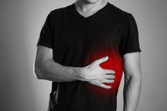 Το άτομο κρατά την πλευρά του Πόνος στο συκώτι κίρρωση 7 07 09 12 το 1962 2010 137124 άρχισαν χτισμένο το γενναιοδωρία του Κλήβελ στοκ εικόνες με δικαίωμα ελεύθερης χρήσης