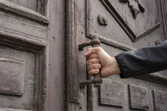 Το άτομο κρατά την πόρτα Στοκ φωτογραφίες με δικαίωμα ελεύθερης χρήσης