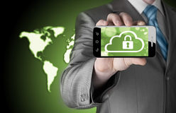 Το άτομο κρατά το έξυπνο τηλέφωνο με την έννοια ασφάλειας σύννεφων Στοκ Εικόνες