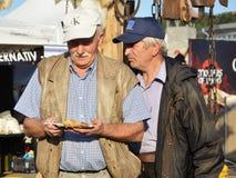 Το άτομο κρατά το ελεύθερο ψημένο στη σχάρα τρόφιμα κοτόπουλο με τα λαχανικά Στοκ φωτογραφία με δικαίωμα ελεύθερης χρήσης