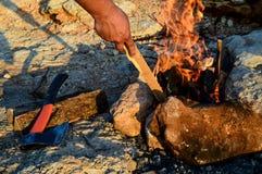 Το άτομο κτυπά το καυσόξυλο στην πυρκαγιά Στοκ φωτογραφία με δικαίωμα ελεύθερης χρήσης