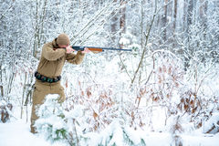 Το άτομο κυνηγών έντυσε στον ιματισμό κάλυψης που στέκεται το χειμώνα Στοκ εικόνα με δικαίωμα ελεύθερης χρήσης
