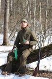 Το άτομο κυνηγών έχει το υπόλοιπο και πίνει το τσάι στο δάσος Στοκ φωτογραφία με δικαίωμα ελεύθερης χρήσης