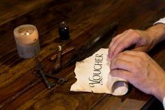 Το άτομο κυλά μια παλαιά περγαμηνή Στοκ φωτογραφίες με δικαίωμα ελεύθερης χρήσης