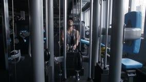 Το άτομο κωπηλατεί στη γυμναστική φιλμ μικρού μήκους