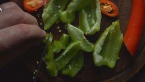 Το άτομο κόβει ένα γλυκό πιπέρι για μια κινηματογράφηση σε πρώτο πλάνο fajita βίντεο απόθεμα βίντεο